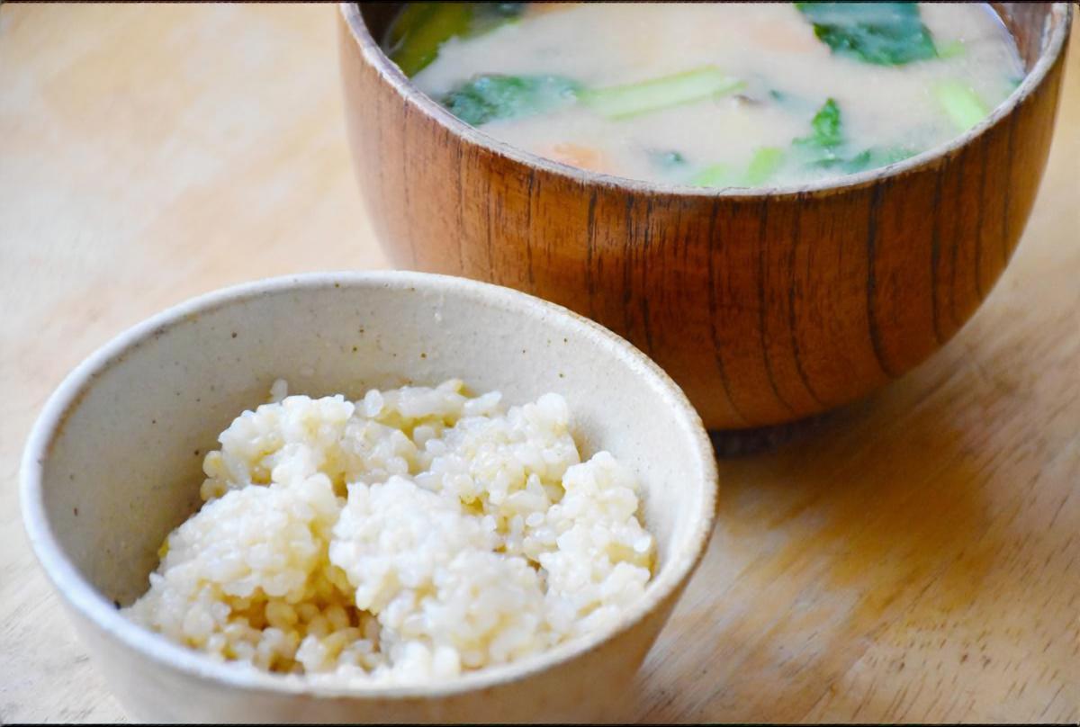 大豆氷で小松菜とにんじんの味噌汁