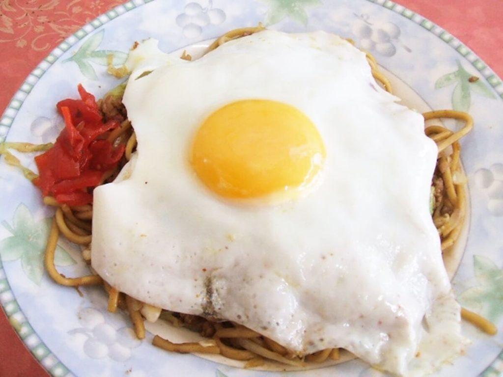 半熟卵で食べる焼きそばトースト