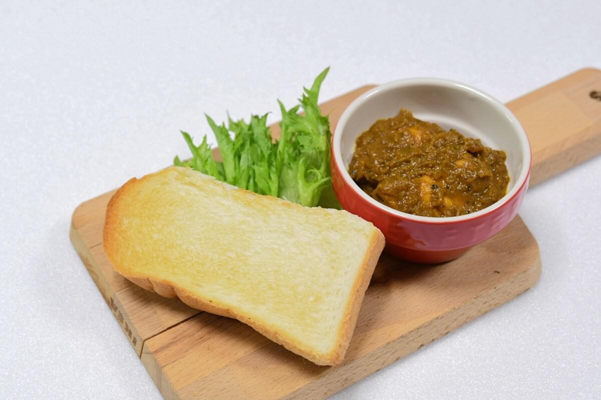 卵黄のせ焼きカレーパン