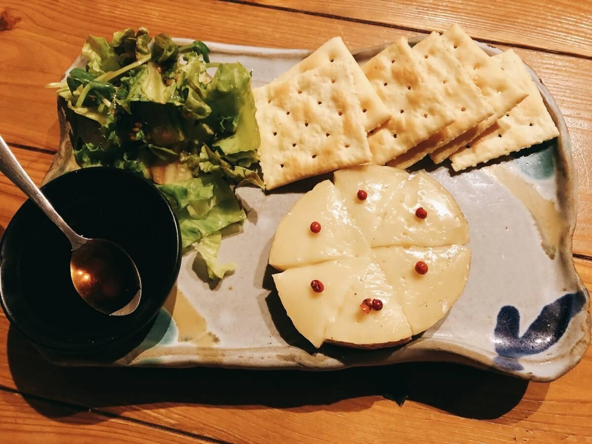 焼きカマンベールのサラダ