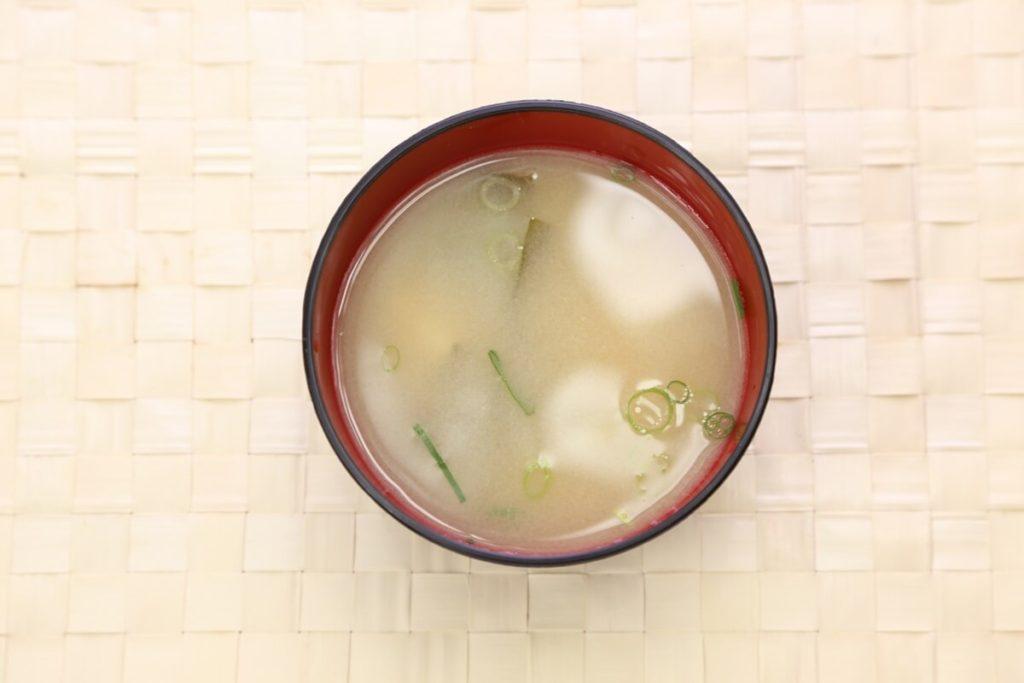 鶏だんごと湯葉の白みそ汁