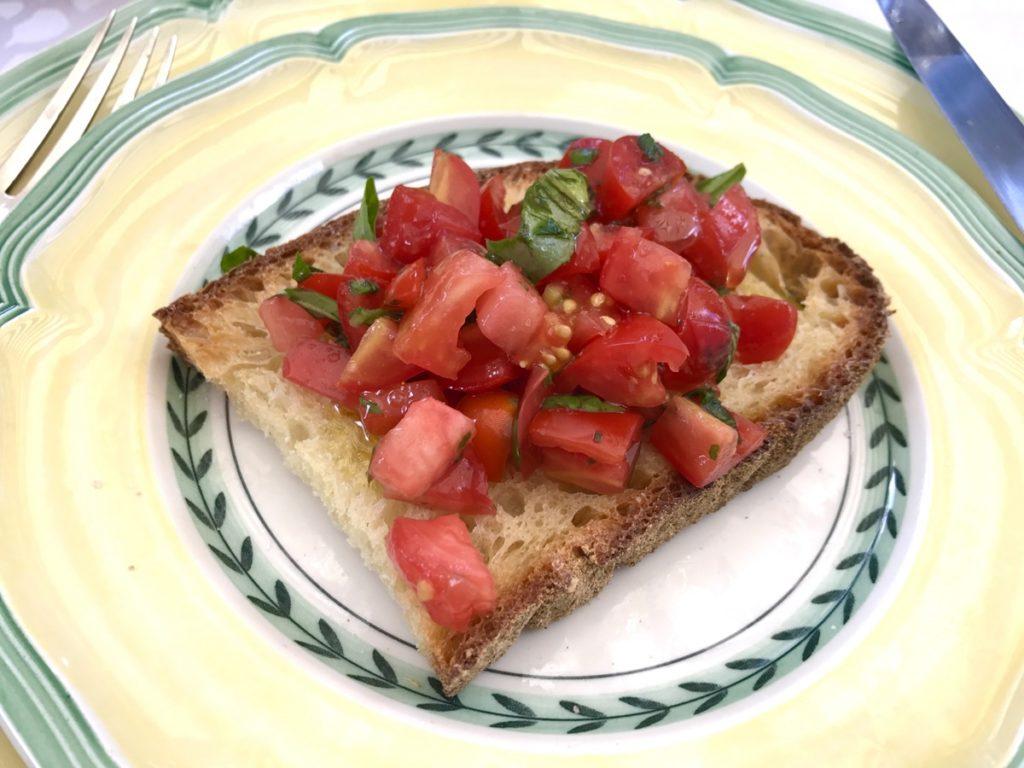 トマトのわさびユッケトースト