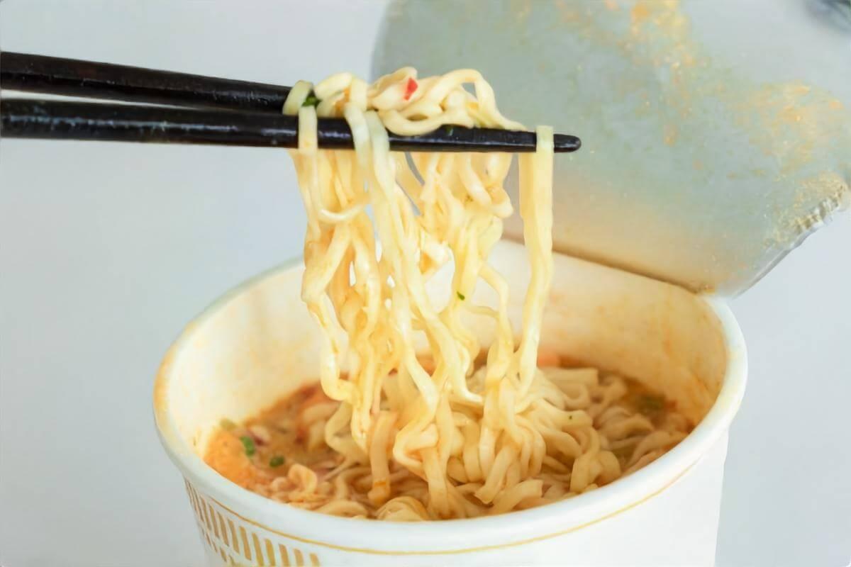 電気やガスを使わずにカップ麵を食べるワザ
