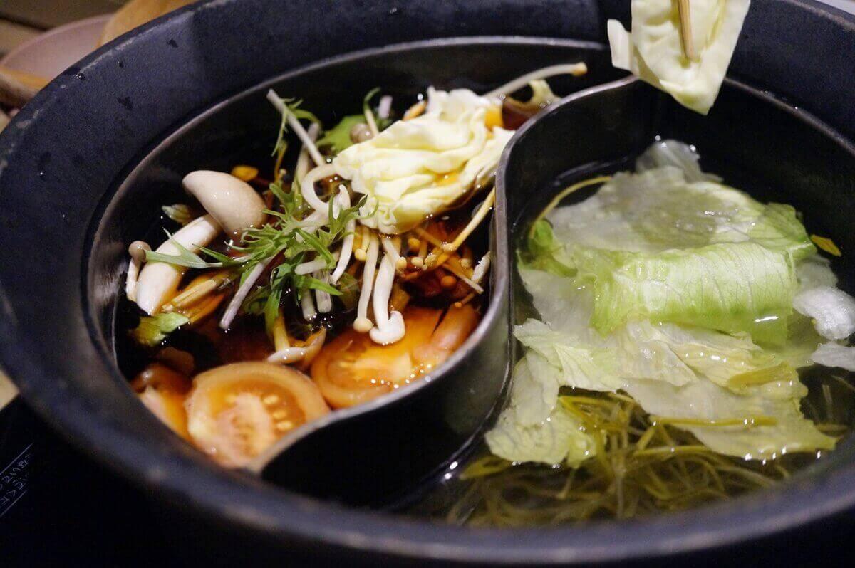 鶏肉とレタスのナムプラー鍋